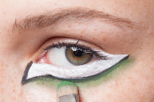 HALLOWEEN MAKEUP EFFECTS: Apply emerald green