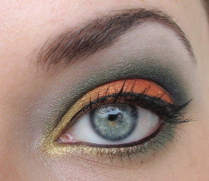 This look was made with my Inglot 10 pan palette. It was the first time I used it and I fell madly in love with it. Must. Have. More. Inglot!
