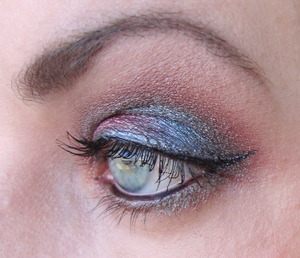 For this look I used MAC Blue brown pigment and Sugarpill Magpie and a grey shimmer eyeliner by Gosh