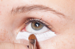 HALLOWEEN MAKEUP EFFECTS: Outline the eye