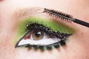 HALLOWEEN MAKEUP EFFECTS: Brush over brows