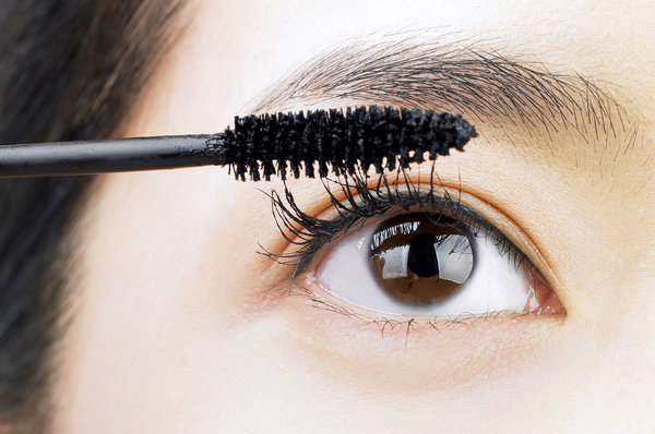 Makeup for Beginners: How to Choose (and Use) Mascara
