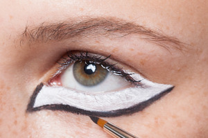 HALLOWEEN MAKEUP EFFECTS: Outline the white shape