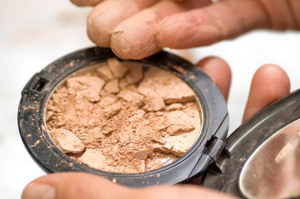 Logischerwijs volgt dan de vraag: hoe houd je je dure make-up heel in het OV?