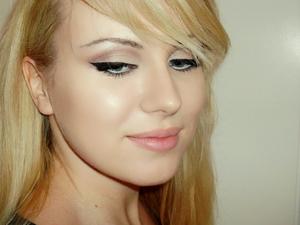 tutorial: http://www.sminkerica.com/2012/03/04/lana-del-rey-makeup-tutorial/