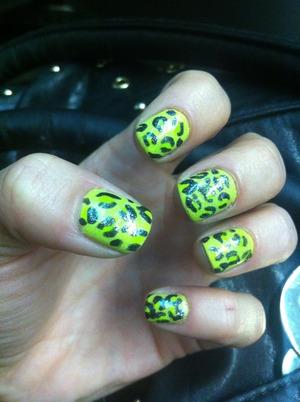 http://monrogue.com/acid-greenish-yellow-leopard-print-nail-art-with-sparkles/