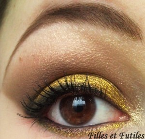 More on : http://www.fillesetfutiles.com/2011/12/make-up-metal-powder-make-up-for-ever-et-naked-urban-decay.html