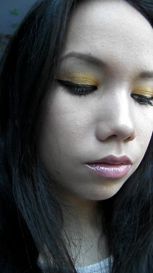 Nice goldish make-up look