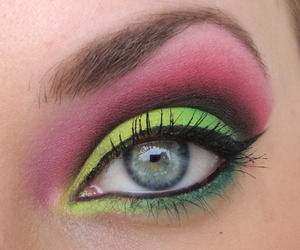 I got asked to do a look with bright pink and yellow colours. I used my Sleek Acid palette for it and really liked the result, if I do say so myself ;)