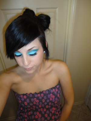 i love love love doing blue looks. idk. something about it. siigh. (:     alsooo! ha just thought i would announcee. the beautiful baby bump you cant see in this pic but yay. 6 months along.