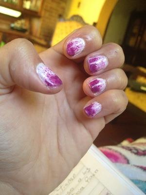 Hechas con pintura blanca en la base y con una esponja coloque el púrpura