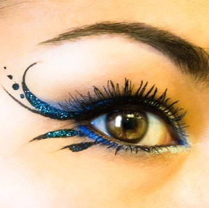 This really quick liner was done using black face paint, and blue glitter...really quick design, and super easy!