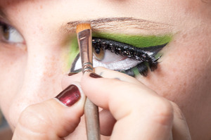 HALLOWEEN MAKEUP EFFECTS: Paint a thin line