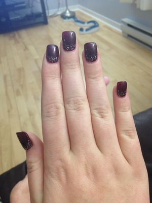 Easy to do, still classic but with a little festive touch The products uses are not exactly those who are identified, actually it is OPI gel colour in burgundy and Wet N Wild in Wild Shine silver glitters