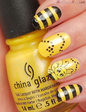 I called this mani BEE-zinga :)! http://brilliantnail.se/nagel-blogg