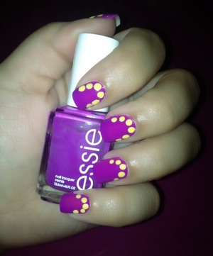 This is an inspired nail art, very simple and cute! I used Essie's color in DJ Play That Song and Revlon's color in Electric. As well as a dotting tool. Supperrrr fun 💗