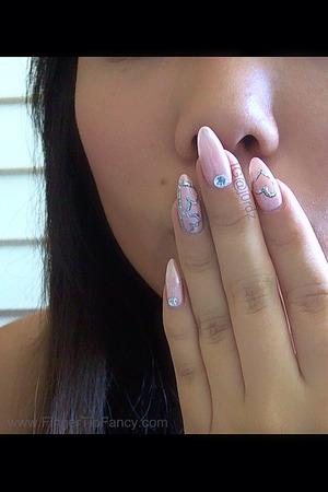 FOR DETAILS WATCH THE VIDEO: http://fingertipfancy.com/heart-outline-nail-art-tutorial