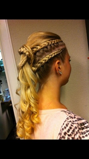 Blond hair braided, so easy to do ! Just look good at it !