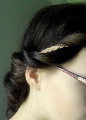 tutorial: http://sweetsandhoney.blogspot.fi/2012/06/effortless-summer-hair-for-mediumlong.html