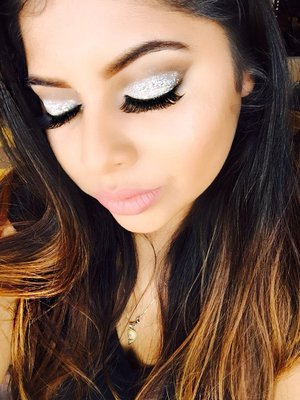 Crease cut eyeshadow. Brown with white glitter follow by falselashes. For mor makeup looks follow me on instagram @makeup_katte
