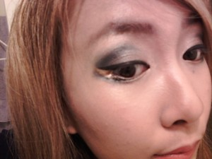 2011.10.19 I think I screwed up my eyeliner, so I used gold eyeliner to cover it up in between the top line and bottom liner