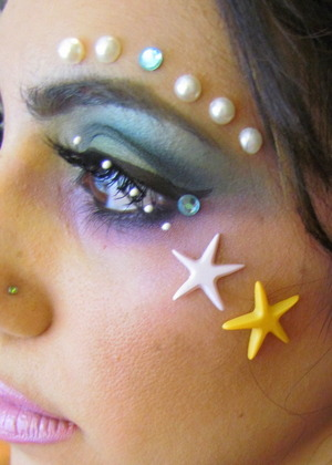 http://leadingladymakeup.com/2012/09/27/halloween-series-mermaid-makeup/