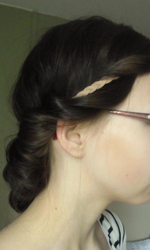 a tutorial: http://sweetsandhoney.blogspot.fi/2012/06/effortless-summer-hair-for-mediumlong.html