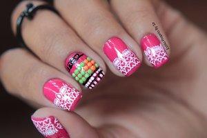 Esmaltação Pink com aplicações de pedras e Carimbada