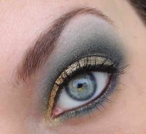 I made this look inspired by Josi van Kit. She made a look with light (baby) blue and a gold waterline, I just took those colours and made my own creation.