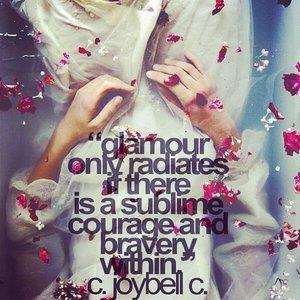 Glamour sólo irradia si hay un valor sublime de una valentía dentro.