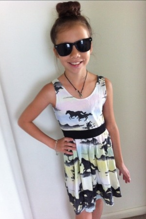 My little sis with some shades, a cute braided sockbun, and a dress that I just love from H&M ;)