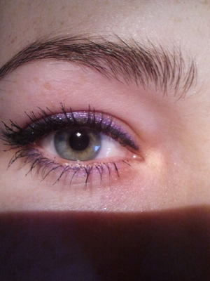 was trying out my makeup store purple pencil and put some purple eyedust on top. goes well with my green eyes :)