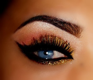 My new eye look for the holidays I used a pale pink ang golden glitter to complete the look