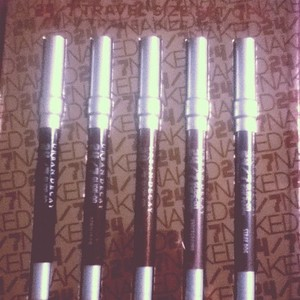 naked 24/7 tavel liners shades: zero, demolition, bourbon, underground, & stray dog  regularly: $32 sale: @nordstrom rack $19
