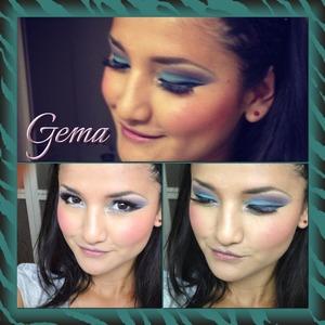 Practicando maquillaje  Me encanta en colo!  Azul , morado negro y un poco de blanco en  el lagrimal