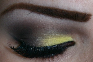 Matte yellow and brown smokey eye