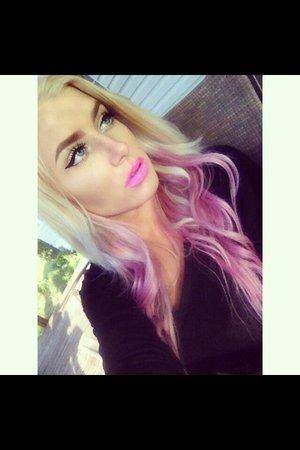 Pink lips & pink hair. :) Instagram & twitter: @Bry0na