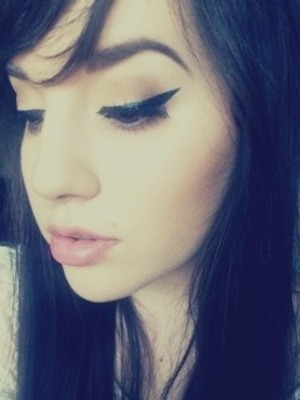 Subtle brown eyeshadow, super bold winged liner and a soft pink lip!