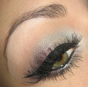Tutorial for this entire look right here : http://www.youtube.com/watch?v=Gi7zsLMm3fk