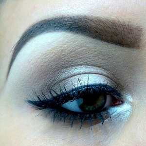 I love doing my eye shadow this style