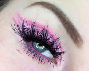 Lot's of lines with a feminine touch! http://theyeballqueen.blogspot.com/2016/11/abstract-negative-space-cut-crease.html