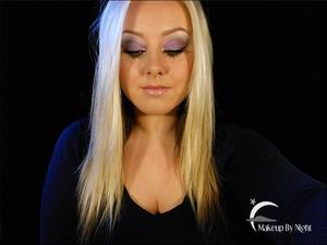 Easy wearable purple autumn makeup.