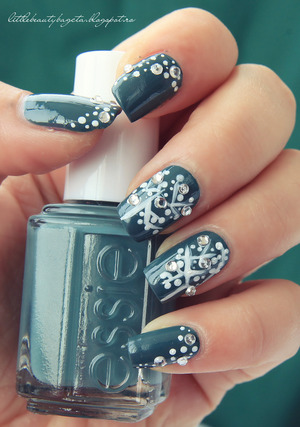 more photos here: http://littlebeautybagcta.blogspot.ro/2013/02/abstract-nails-essie-school-of-hard.html