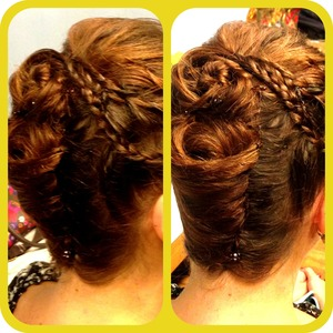 A friend of mine needed help with her hair and she didn't got a lot of hairthings with her.. So I did this with just a couple of bobby pins in 5 min., 😊