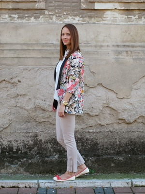 Floral blazer, featuring buttonless and sleeve styling, contrast trimming, floral print, loose fit, soft-touch fabric. Going with a basic vest, leggings or denim shorts and leisurely shoes would make you look cool.