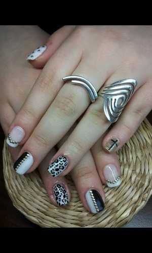 An interesting manicure composed by 5 different  models .