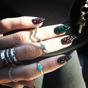 Stiletto nails with filigree design