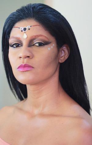 Embora a maquiagem de carnaval pede muito colorido, fiz um make bem simples de fazer sem muito brilho como vemos por ai, nos olhos, sombras marrons e pretas para fazer um degrade e unir ao tom da pele. - See more at: http://www.estilopropriobysir.com/2014/02/maquiagem-para-o-carnaval.html#sthash.XJv3Doi2.dpuf