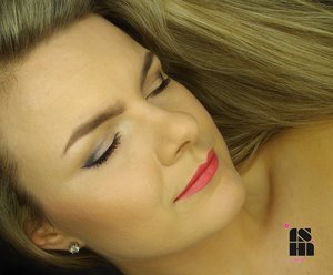 very simple natural looking eye makeup with coral lips