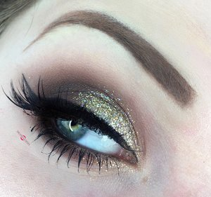 A classic holiday makeup look :)! http://theyeballqueen.blogspot.com/2016/12/holiday-series-glittering-white-gold.html